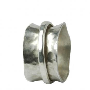 Gehämmerter Silberring mit beweglichem Außenring
